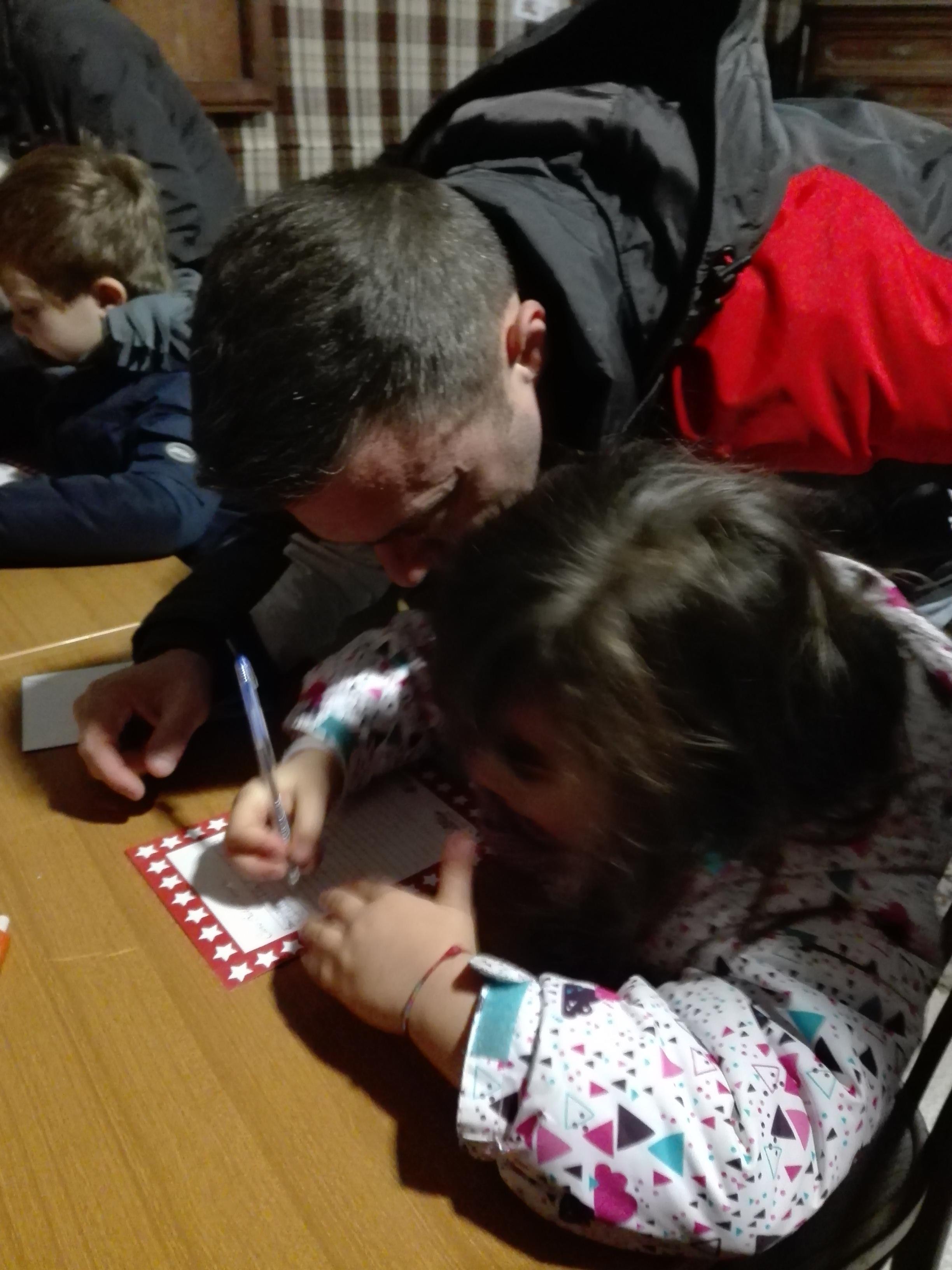 Giulia scrive la sua letterina a Babbo Natale