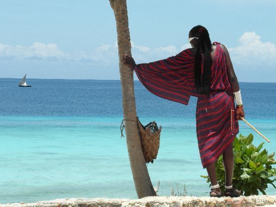 Masai sulla spiaggia a Zanzibar