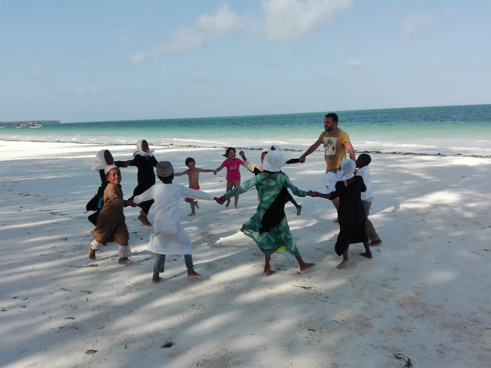 10 cose da fare a Zanzibar - giocare con i bimbi