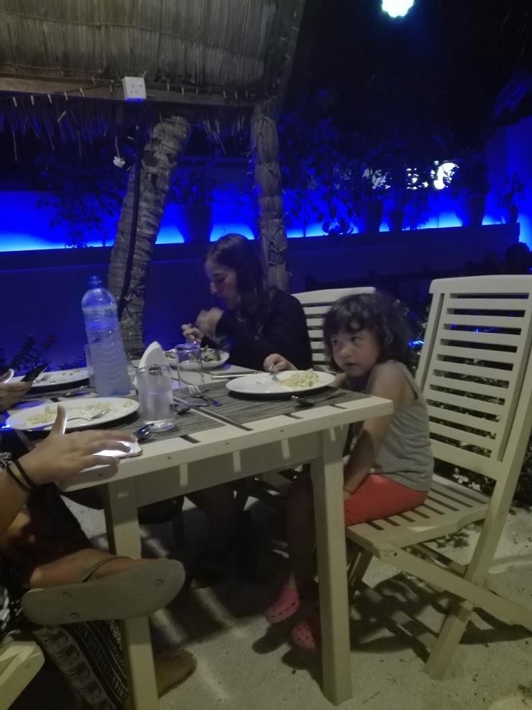 Giulia a tavola con le sue amiche canadesi in Guesthouse