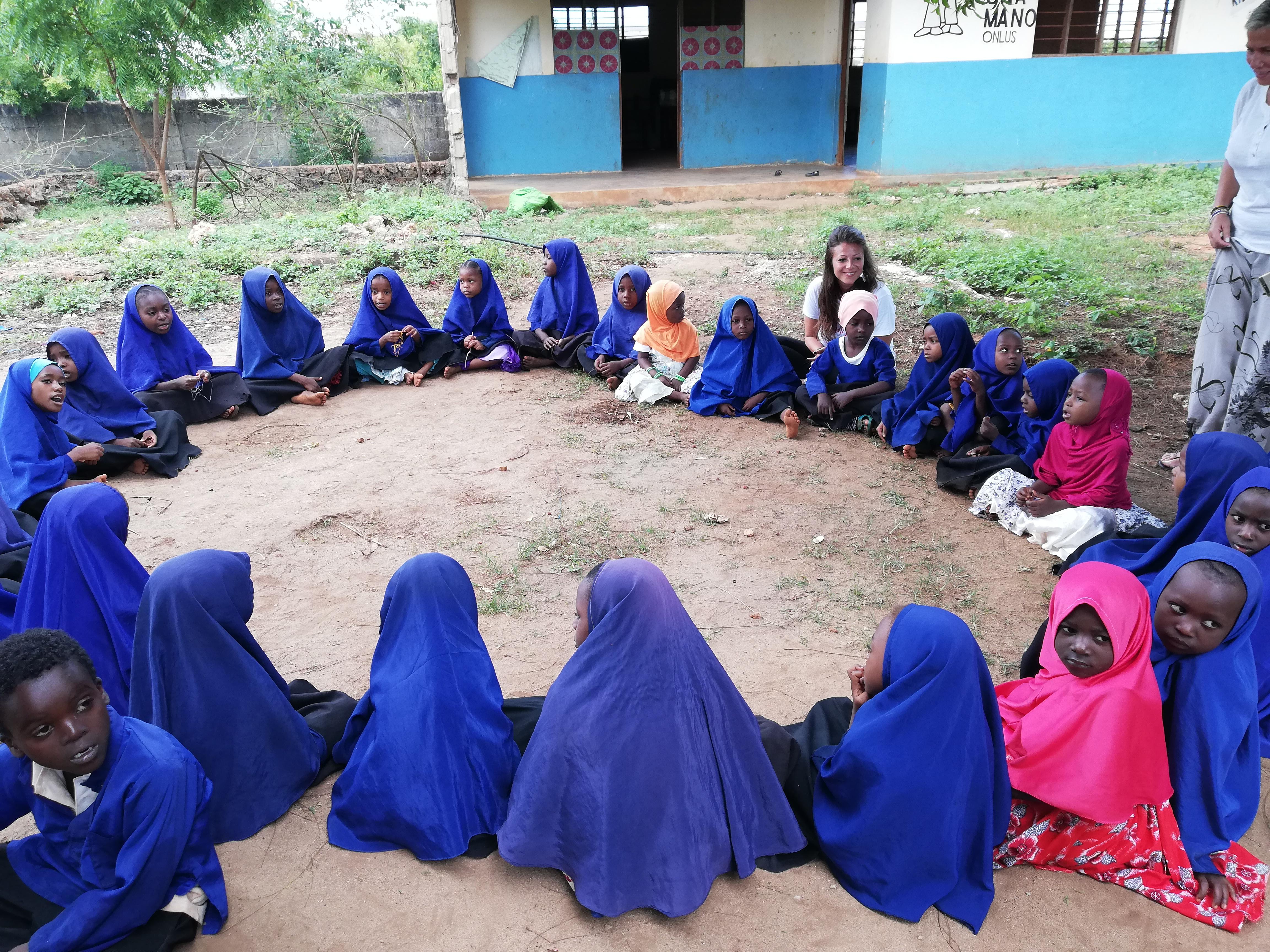 Visitare un asilo a Zanzibar - attesa della merenda
