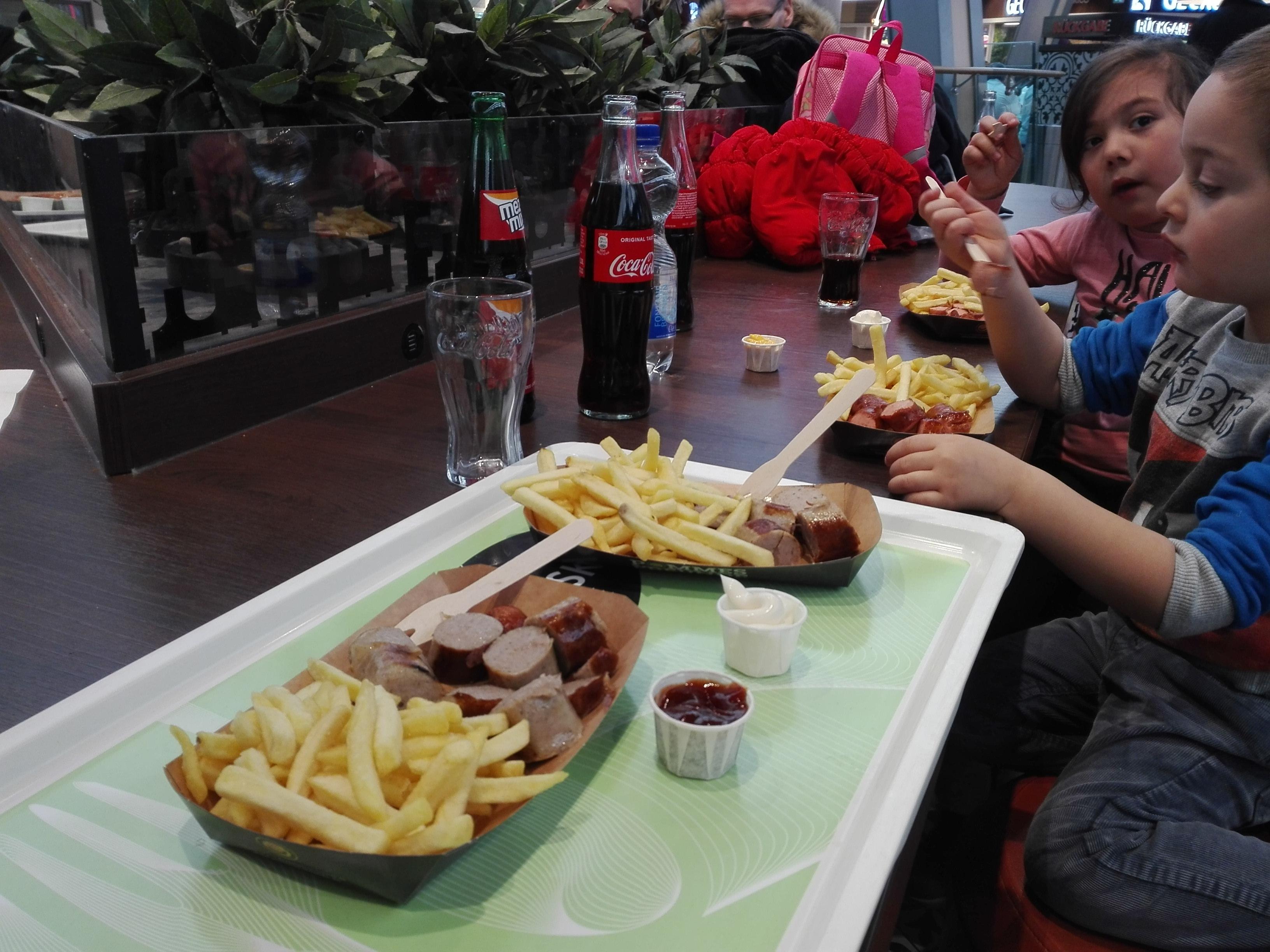 Pranzo tipico tedesco - wurstel e patatine